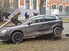 Villanyoszlopot döntött egy autó Miskolc belvárosában - boon.hu