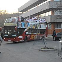 Nyitott autóbusszal járta be Miskolcot a DVTK Jegesmedvék bajnokcsapata II. - boon.hu