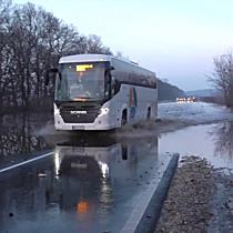 Vízátfolyás miatt járhatatlan a 3-as főút Bükkábránynál - boon.hu