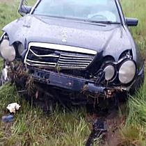 Árokban landolt a Mercedes a 26-os főúton - boon.hu