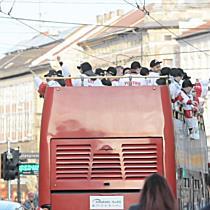 Nyitott autóbusszal járta be Miskolcot a DVTK Jegesmedvék bajnokcsapata I. - boon.hu