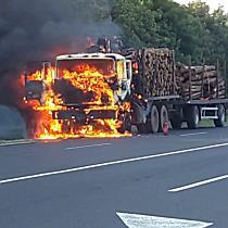 Kigyulladt teherautó az arnóti Turulnál