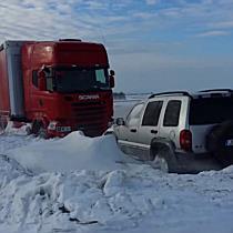 Hófúvásban elakadt járművek Gesztelynél - boon.hu
