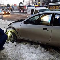 MVK-busznak csúszott egy Ford a jeges úton Miskolcon - boon.hu