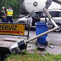 Oszlopot döntött az Opelre a kamion Miskolcon - boon.hu