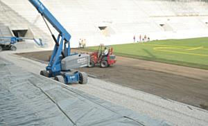 Elkezdődött a Diósgyőri Stadion pályájának füvesítése II. - boon.hu