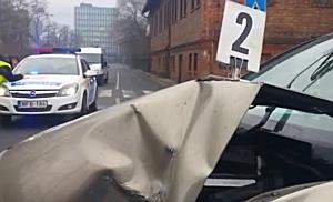 MVK-busznak ütközött egy Nissan Miskolcon - boon.hu