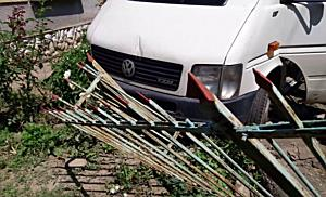 Megcsúszott az olajos úton, majd kiskertben landolt a kisteherautó - boon.hu