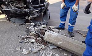Villanyoszlopot döntött egy BMW Miskolcon - boon.hu
