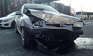 Pirosba hajtva csattant a Peugeot oldalába Miskolcon - boon.hu
