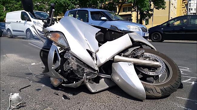 Motoros elé fordult az autó Miskolcon - boon.hu