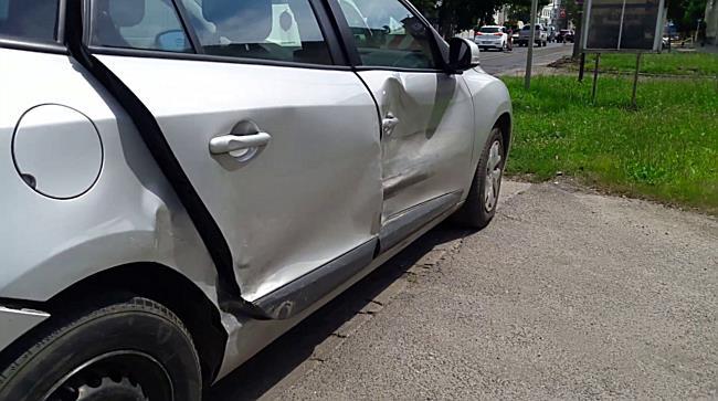 Renault oldalába hajtott egy Opel Miskolcon - boon.hu
