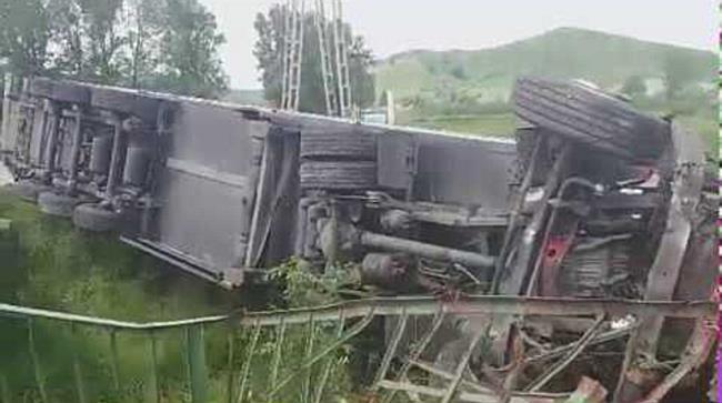 Patakba hajtott a kamion a 25-ös főúton - boon.hu