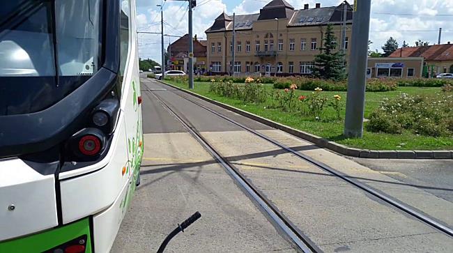 Figyelmetlen autós miatt sérült meg az utas a villamoson Miskolcon - boon.hu