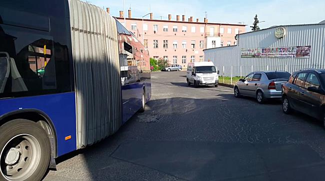 VW Transporter oldalának hajtott az MVK-busz Miskolcon - boon.hu