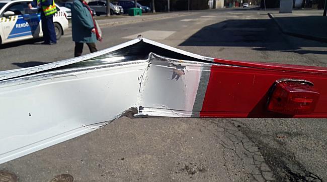 Sorompót hajtogatott, majd elhajtott a helyszínről a Dacia Miskolcon - boon.hu