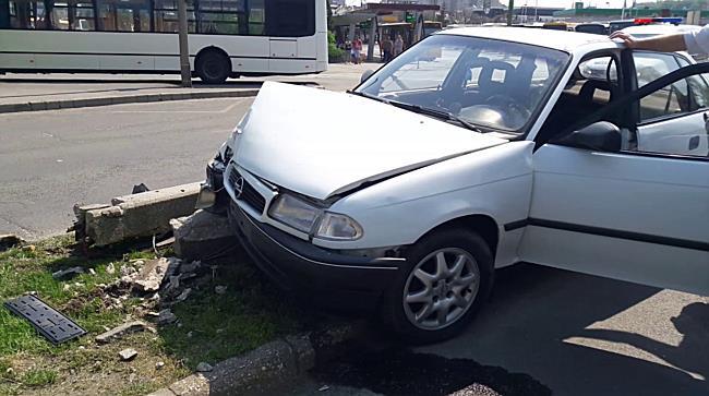 Oszlopot döntött az Opel Miskolcon - boon.hu